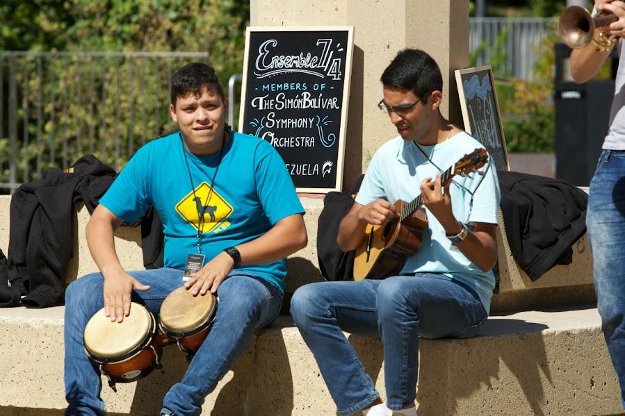 Integrantes del Ensamble 7/4 hicieron una muestra espontánea de  música latinoamericana en los espacios abiertos de la Universidad de California (CAL) en Berkeley.