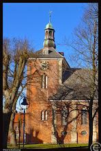 Photo: Die Sankt Marienkirche in Rendsburg wurde im 13. Jahrhundert auf einer Insel in der Eider errichtet. Der Kirchturm entstand im 15. Jhdt.
