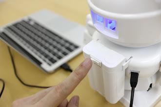 Photo: パソコンとRAPIROをmicroUSBケーブルで接続すると目が光りますが、スイッチを入れなければサーボモータには通電しません。