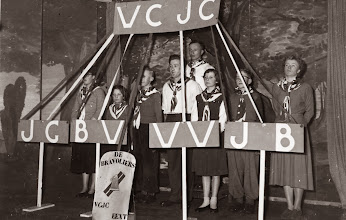 Photo: Bonte avond, Willy Zandvoort, Hennie Lanjouw, Lute Enting, Jans Zandvoort, Dineke Wessels, Harm Lanjouw en Aaltje Moek. Achter Hendrik Witting 1958
