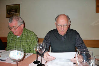 Photo: Auch die vorliegende Rechnug wir mit Interesse verfolgt (l) Paul Koch und Franz Wagner