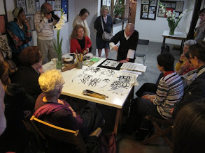 Photo: démonstration de calligraphie extrême-orientale par Inès Igelnick