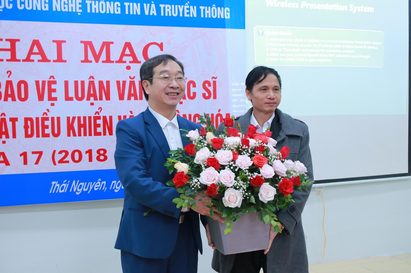 TS. Chu Bá Chín – Phó Hiệu trưởng trường CĐ Cơ điện & Xây dựng Bắc Ninh tặng hoa nhà trường