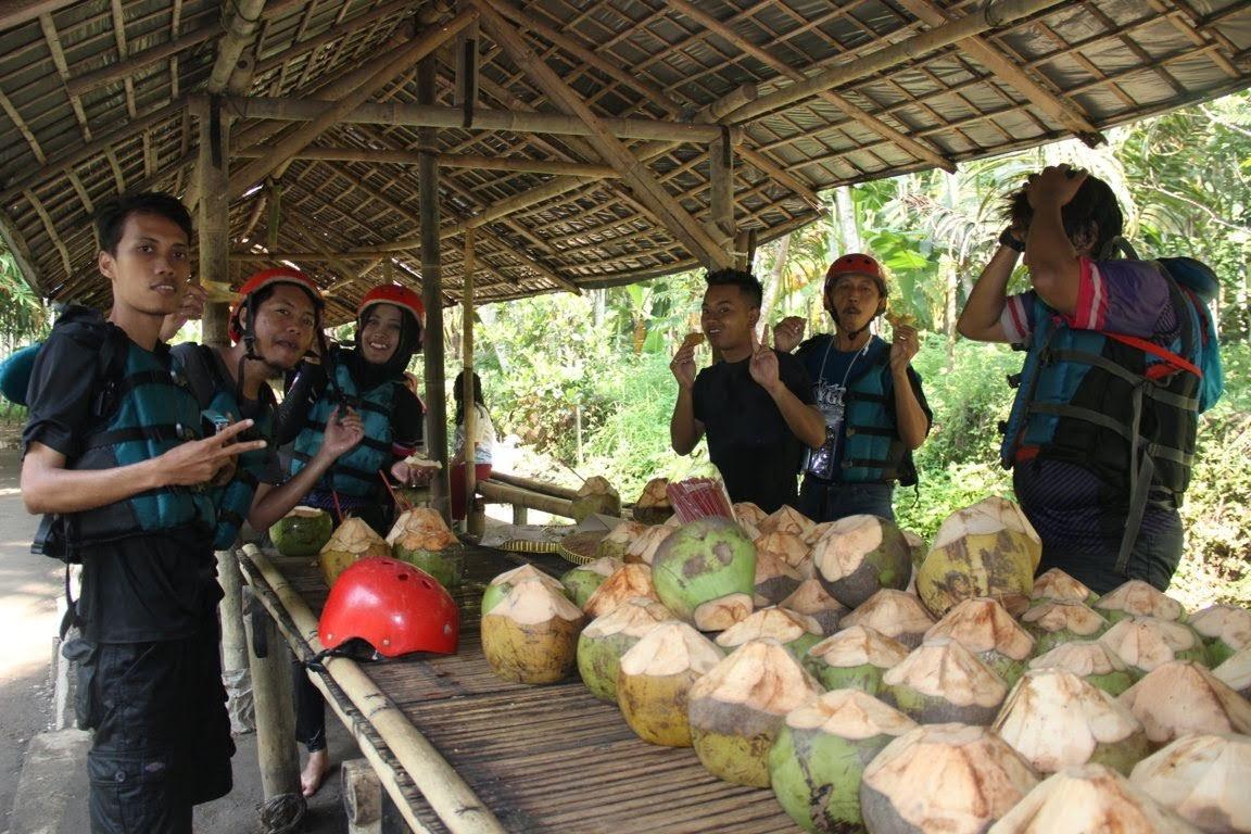 Menikmati jajanan tradisional dan es kelapa muda