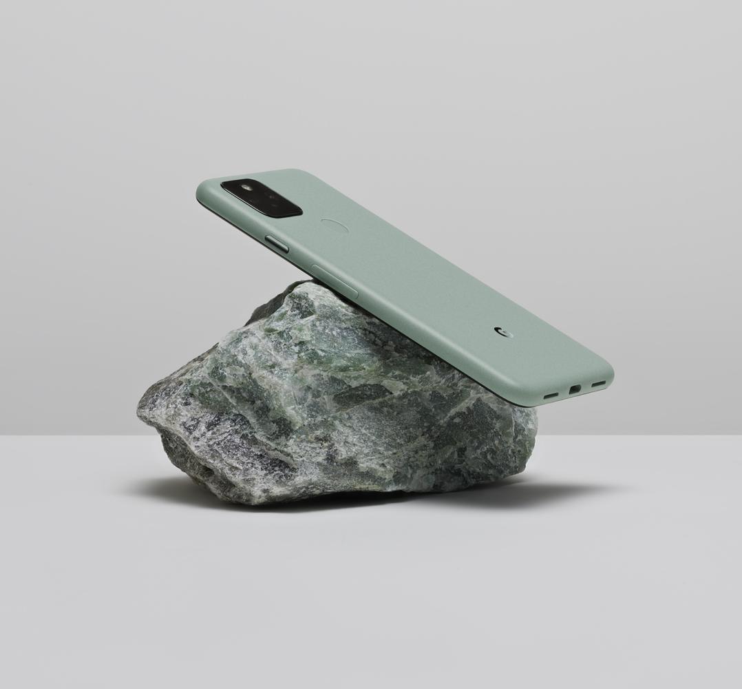 新しい 100% リサイクル合金で作られた Google Pixel 5 デバイスの画像