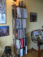 Photo: QUADRA Holz Schallplattenregal Nussbaum 6 Glasböden - beim Kunden  Im Shop: https://www.woodandmore.de/19_lp-regale/quadra-holz-schallplattenregal-nussbaum-6-glasboeden__6123.htm