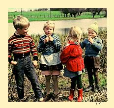 Photo: Kindermode im Dorf 1963 mit Blue Jeans, roten Gummistiefeln und langen Schlüpfern in rosa