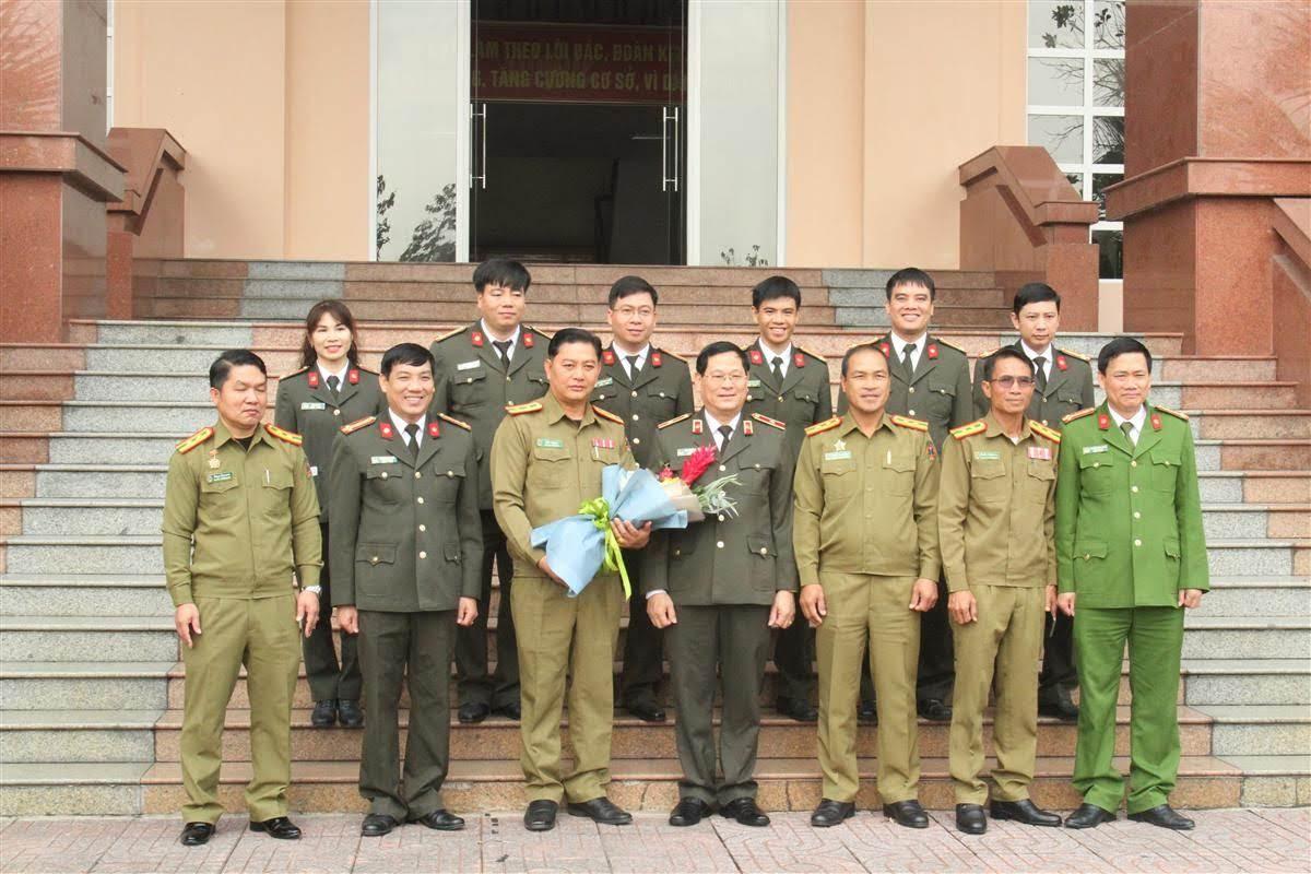 Đoàn công tác chụp ảnh lưu niệm cũng lãnh đạo Công an tỉnh và đại diện lãnh đạo các phòng nghiệp vụ