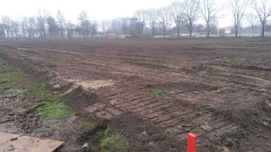 Photo: Zo de drainage van het kunstgrasveld ligt er in