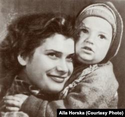 Алла Горська із сином Олексієм. Середина 1950-х років