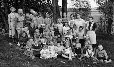 Photo: Lastentarhalaiset kevätkuvassa Jyvälän pihalla 1950-luvun alussa