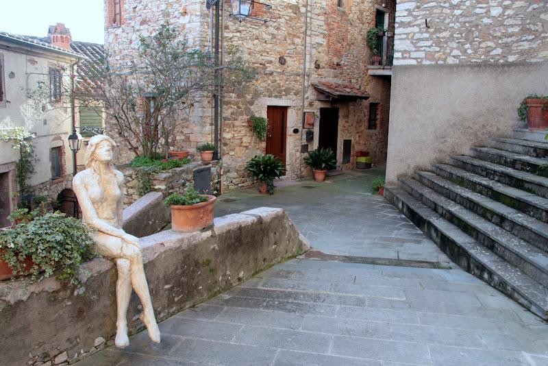 una strada una statua di pilotto