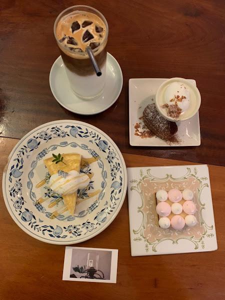 一間很適合吃甜點的👍👍👌當日就吃了5種 依個人喜好(不喜歡太甜)編排: 瑪德蓮>蜂蜜蛋糕>招待的(可能是馬芬蛋糕上面放巧克力)>可麗露(小)>粉色系 瑪德蓮蛋糕鬆軟搭配甜奶油及脆片,淡淡伯爵茶的