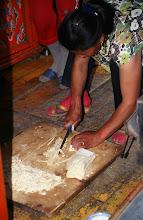 Photo: 03308 ハドブルグ家/麺作り/小麦粉に水を加えてこねる。薄くのばして1時間半おき、表面が乾燥したら重ねて細切りにする。