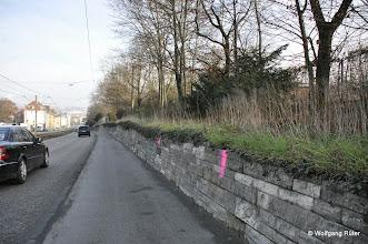 """Photo: Pragstraße gegenüber """"My Place"""" Markierungen an der Stützmauer der Wilhelma"""