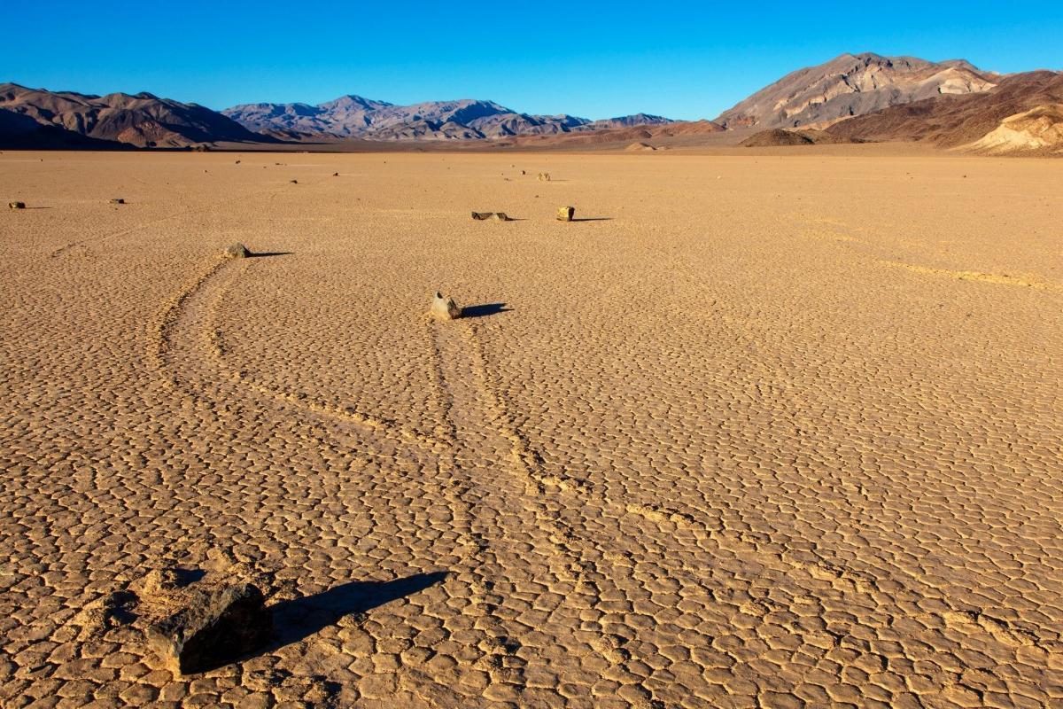 Ученые разгадали тайну ползущих камней в Долине смерти