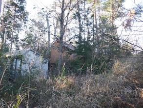 左手に朽ちた小屋