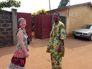 Photo: Zacharie, enseignant en math et physique, nous accueille dans sa maison en location.