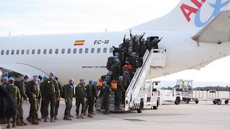 Los legionarios suben al avión rumbo a Líbano