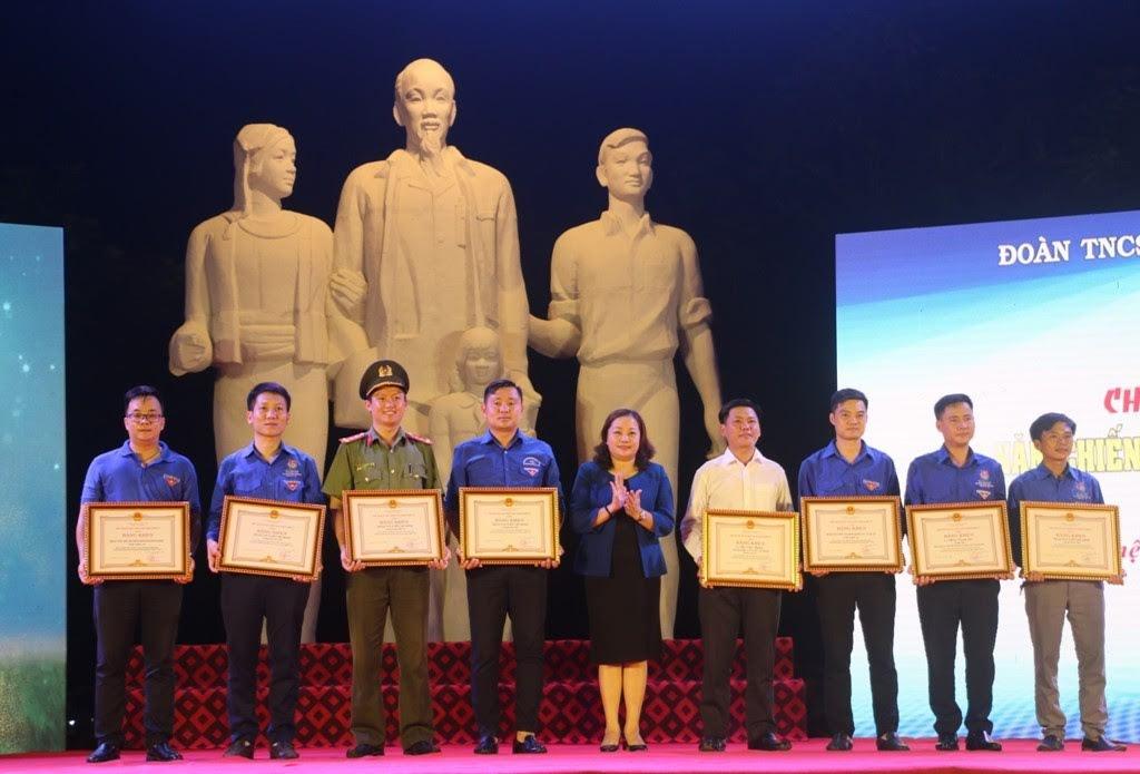 Trưởng Ban Tuyên giáo Tỉnh ủy Nguyễn Thị Thu Hường trao Bằng khen của Chủ tịch UBND tỉnh cho 6 tập thể và và 2 cá nhân có thành tích xuất sắc trong Chiến dịch Thanh niên tình nguyện Hè 20 năm qua