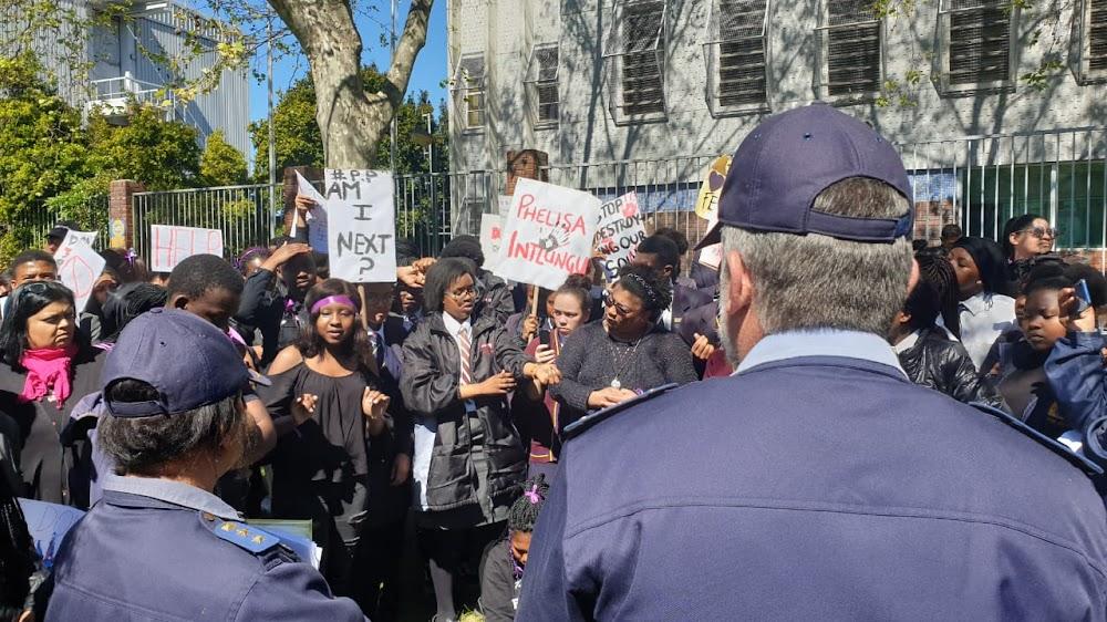 Leerlinge van die hoërskool in Kaapstad eis optrede teen geslagsgebaseerde geweld - TimesLIVE