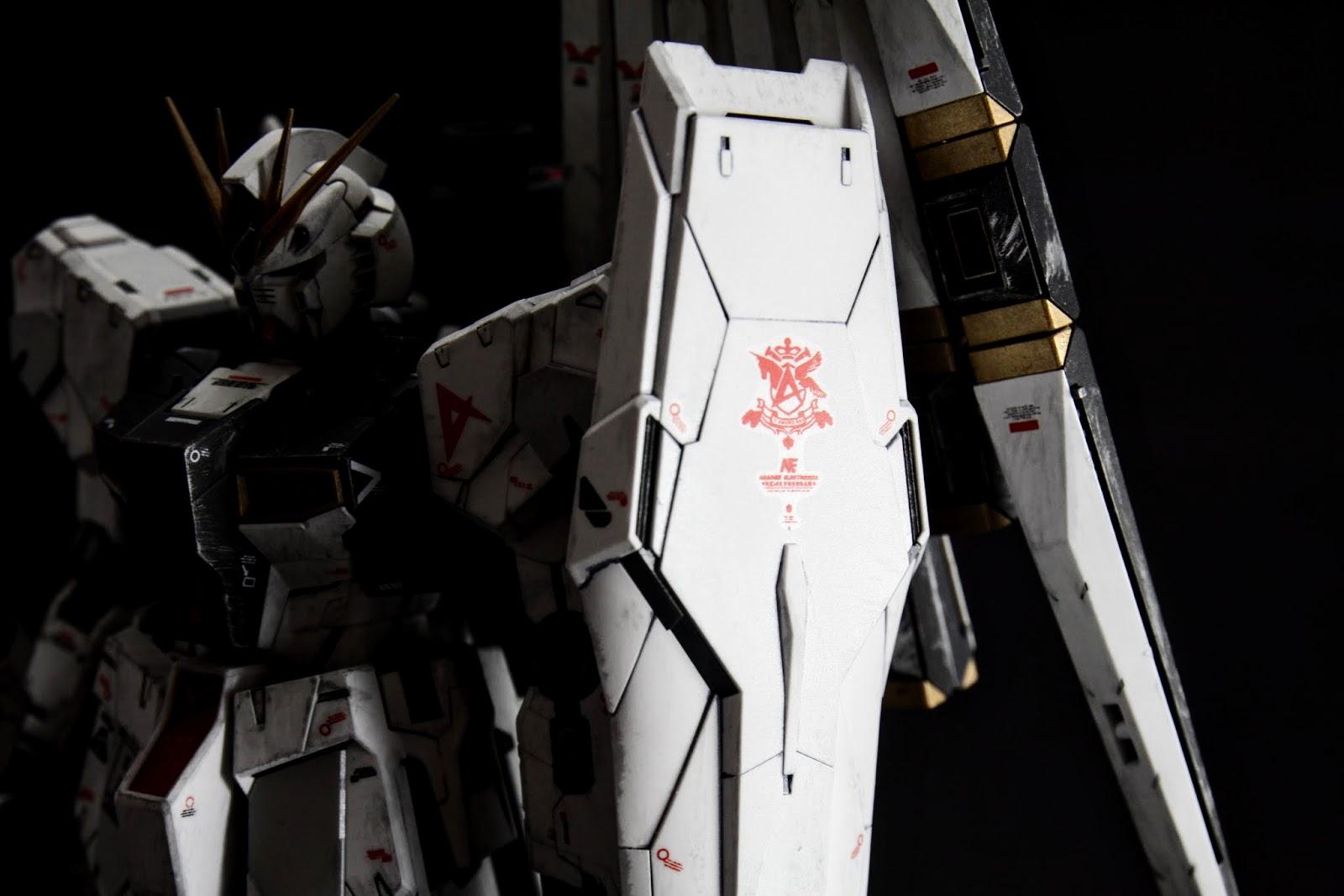 盾上有駕駛專用徽章, 原始的徽章跟肩上一樣,但是新設計的也很漂亮