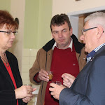 Akávészünetben is tovább folyt amunka: Pogány Erzsébet, aSZAKC igazgatója, Matus Tibor, az SZMKT titkára Albert Sándorral beszélgetnek