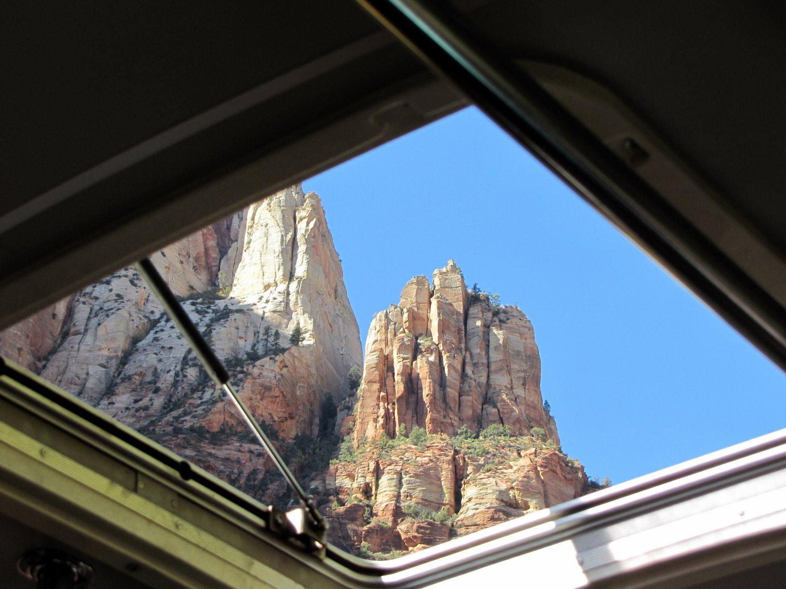 Busz tetőablakán keresztül is hihetetlen a látvány  Awesome view through the roof-window of the bus
