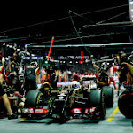 Romain Grosjean, Lotus E22 Renault, in the pits