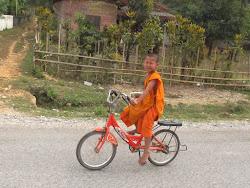 Mali budistički sveštenik. U desnoj ruci ima svežanj novčanica, pa mislim da su ga monasi poslali u kupovinu :)