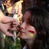 V rámci indiánských zvyků šaman označuje nevěstu barvami indiánského kmene