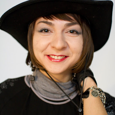 Вы хотите, чтобы эта девушка гуляла с вами по Новосибирску босиком? Вопросы по программе «БосоТуризм» по адресу siberianbarefoot@gmail.com