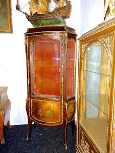 Красивая антикварная витрина с росписью . 19-й век.