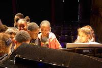 Enfants autour du piano