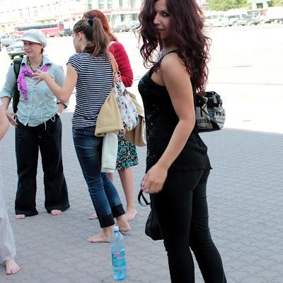 """Оксана: """"Сначала я ходила на цыпочках - трудно было привыкнуть к грязному и шершавому асфальту... Но потом я с таким удовольствием стала пачкать свои голые ступни, что сама удивилась!"""""""
