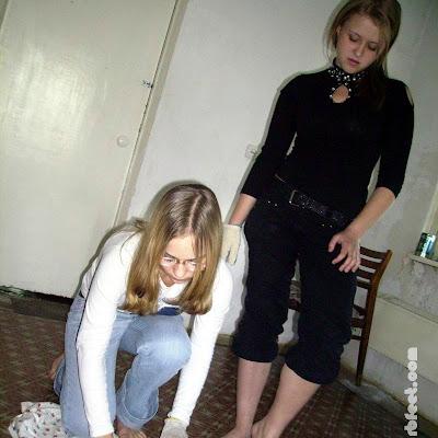 А Наташа, смотря на нее, думала, что она сильно ошиблась в подруге. Суперэлегантная в школе, сегодня катька с ней запросто сверкала голыми пятками из-под синих джинсов.