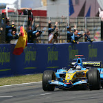 Fernando Alonso, Renault R26 crosses the line to win to the cheers of his team