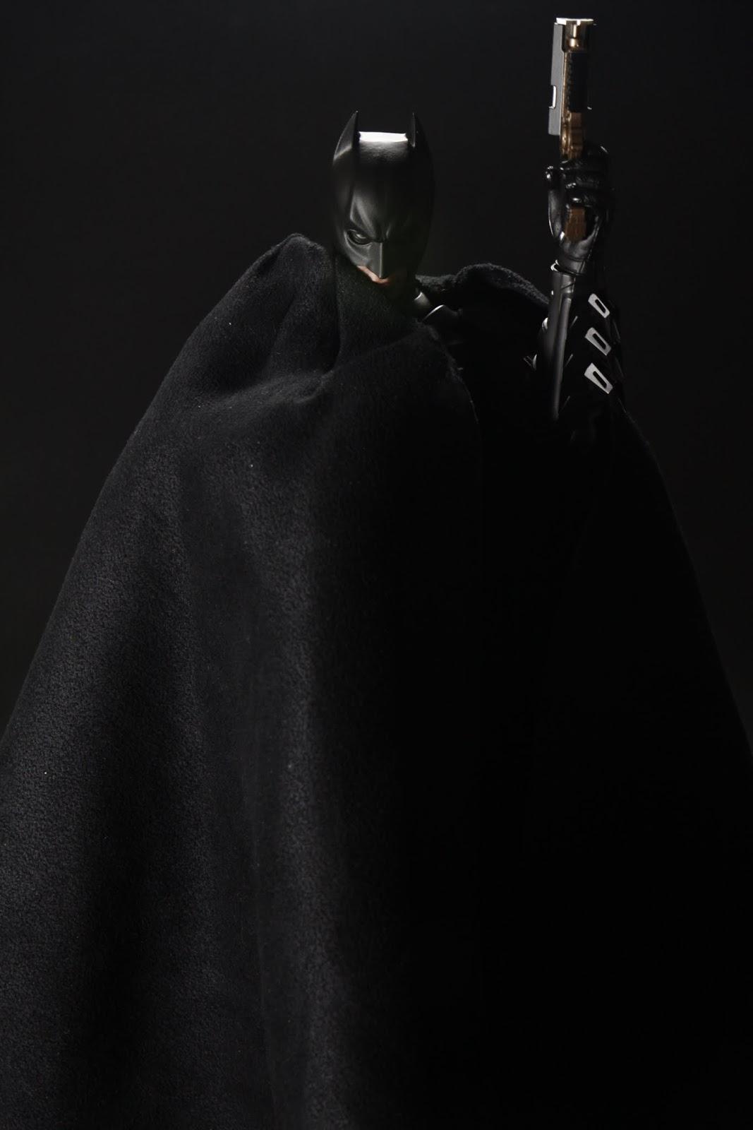 蝙蝠俠把披風圍在自己身上後用拋繩槍飛走, 這動作超帥啊~你永遠不知道他拋繩槍往哪射阿!