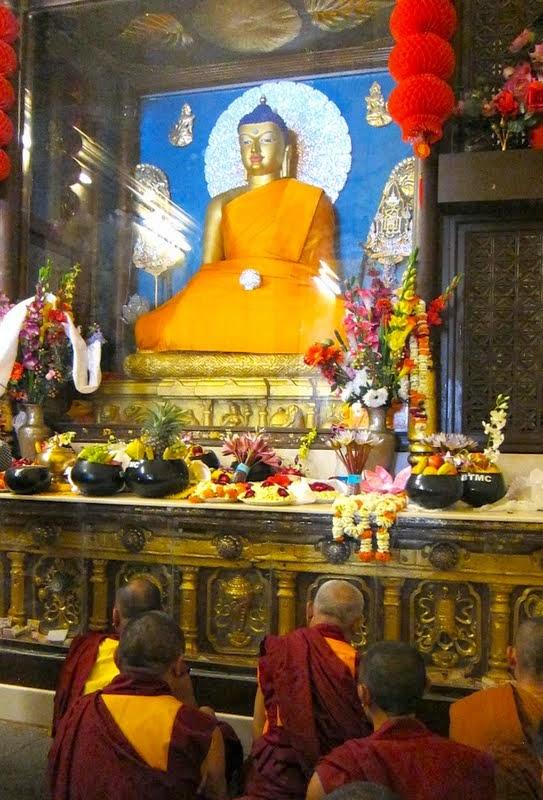 On the Day of Miracle, Chotrul Duchen, Lama Zopa Rinpoch offeredrobesandbowlsfulloffruitandotherofferingstotheBuddhastatueinthemainshrineof the Mahabodhi Stupa withextensiveprayersanddedicationsforallthestudentsandbenefactorsintheorganization,forworldpeace,forallthecentersandprojectsandforallsentientbeings, Bodhgaya, India, March 2014. Photo by Ven. Sarah Thresher.