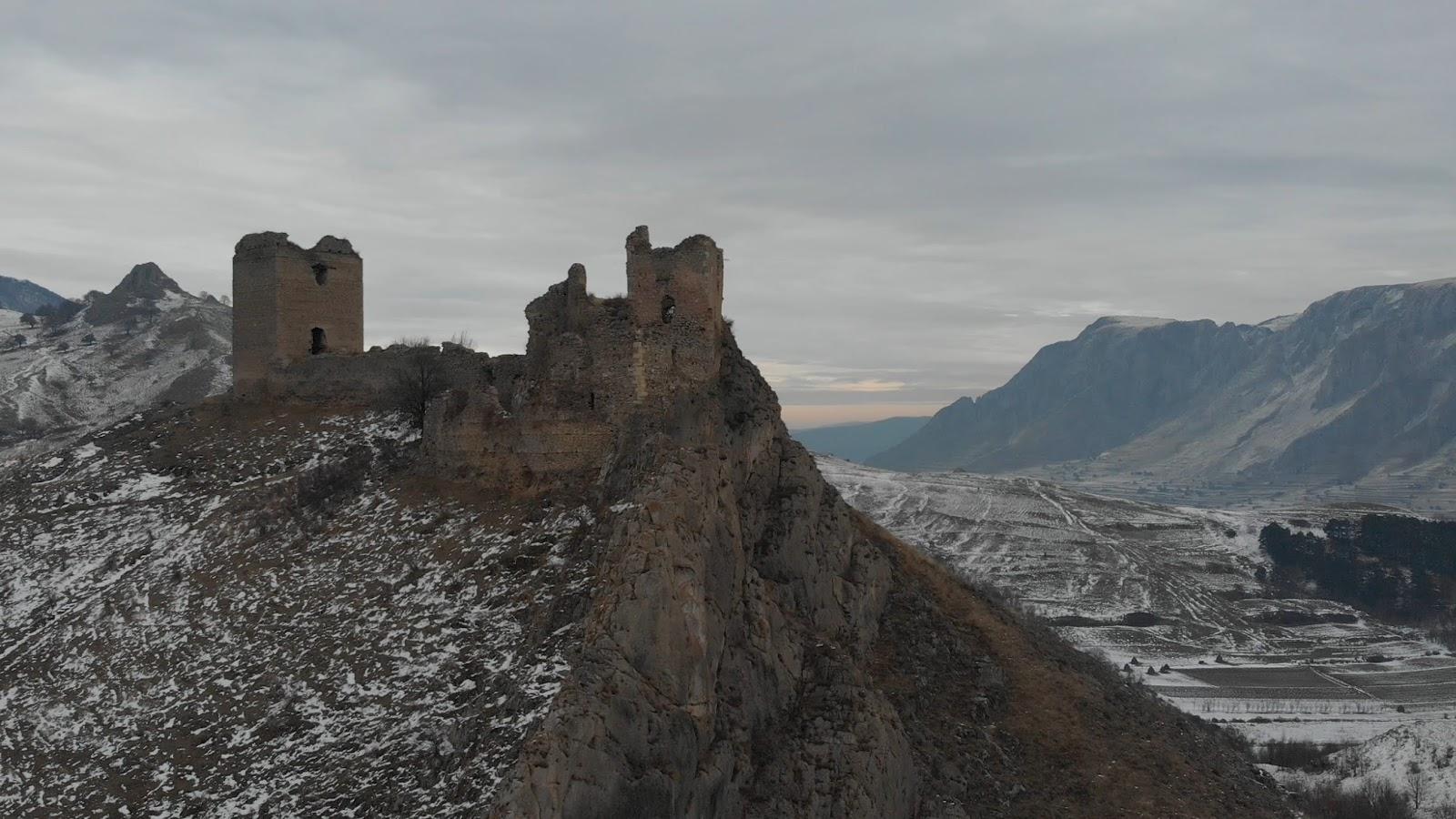 Cetatea Colțești și Piatra Secuiului.  Decembrie 2019.  Foto: Alin ROȘCA