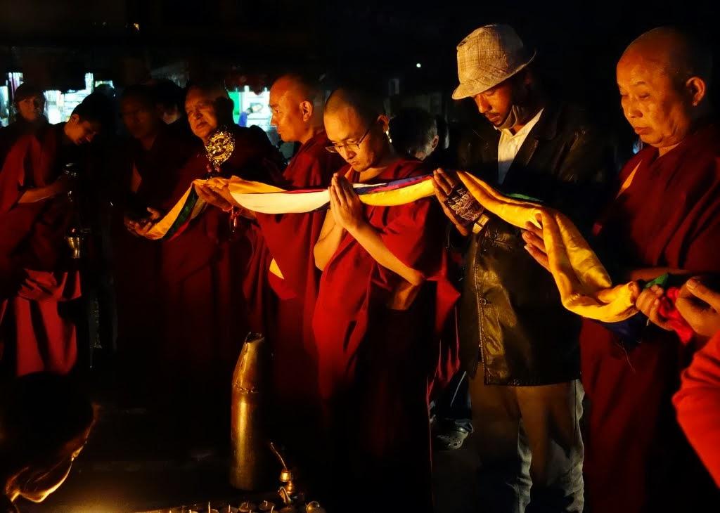 Attheendofthethree-kilometercircumambulationofSwayambhuStupa,Rinpocheoffersfivecoloredkhatasanda Dharmachakratothestupa,withKhenRinpocheGesheChonyi,Gen.TenpaChodenandKopanmonks, November 24, 2013. Photo by Ven. Roger Kunsang.