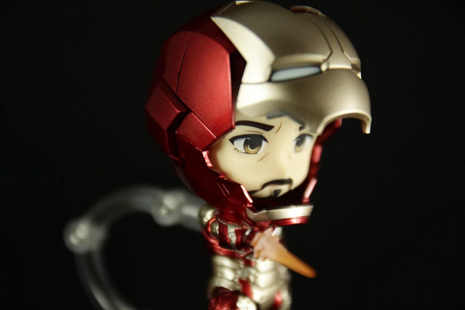 可以把臉放進頭盔裡 頭盔本身是空的很輕 臉放進去之後變超重!