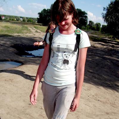 """Анастасия Чащина очень любит такие """"галоши"""" на босых ногах!"""