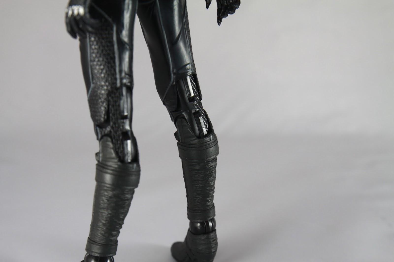 注意看左小腿跟右小腿的樣子 我買到的這組 根本是兩個右小腿啊! 根本是瑕疵品裝錯了啊! 這導致喬姿勢非常有難度啊! 還有她小腿肚其實左右邊不一樣大啊!