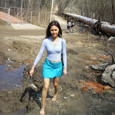 """Айгуль - босиком по грязи! Безупречные сексуальные ноги Айгуль запомнили все посетители сайта!   Айгуль: """"Я вообще не брезгливая. В Каробае, где я родилась, там такая грязища была! А я все детство с голыми пятками пробегала, даже не знала, что это что-то особенное..."""""""