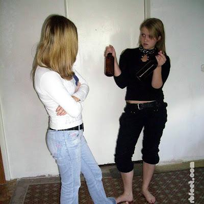 """Но Наталья была совершенно спокойна. она показала подруге бутылки: """"Во! Щас разобьем и будем, как йоги! Боишься, да?!"""". Катя смущенно кивнула."""