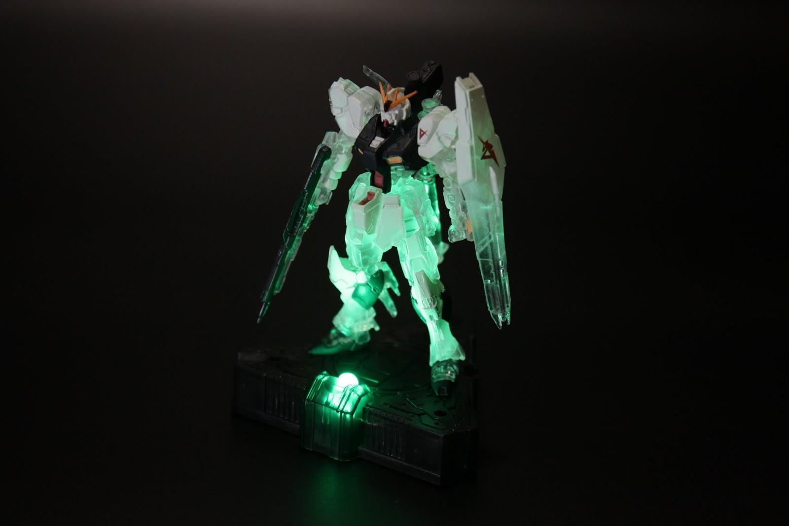 開了燈才是本款的重點,透過光線照到透明部分