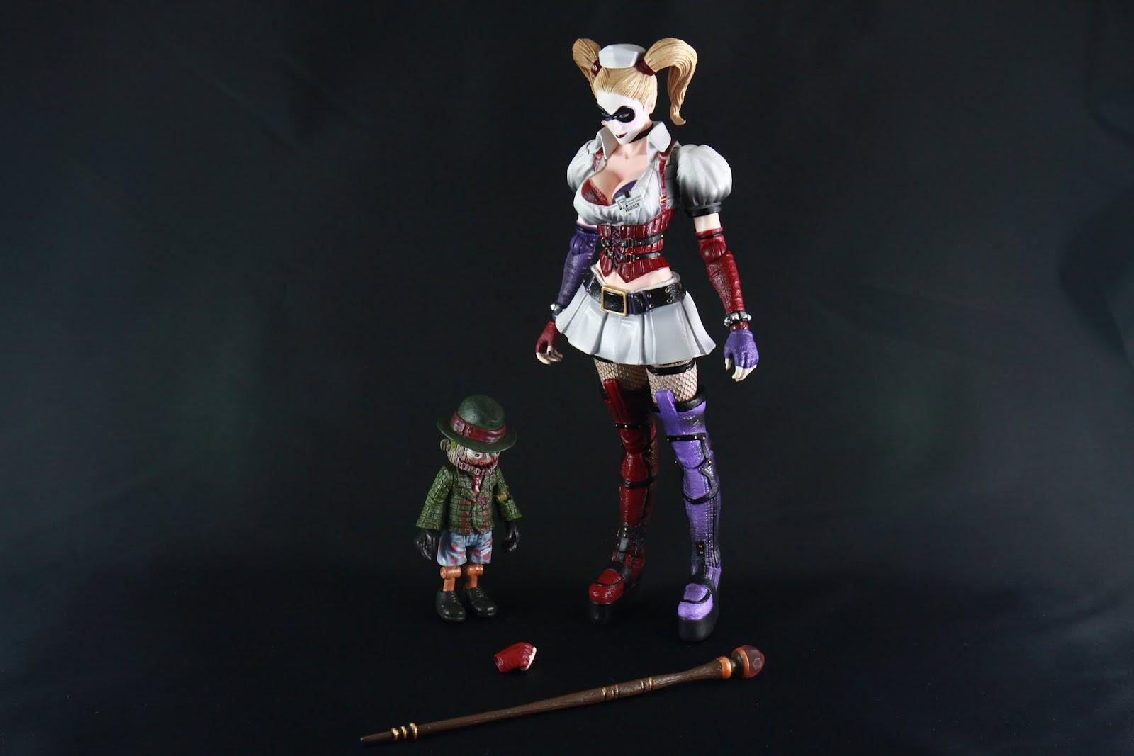 內容物一覽 Harley Quinn一位 Mr J木偶一隻 替換用手首一個 權杖一根 沒了~ 本系列附的零件真的是少到一種極限 權杖是她從Arkham Asylum院長手上搶來的 那死胖子竟然活到二代