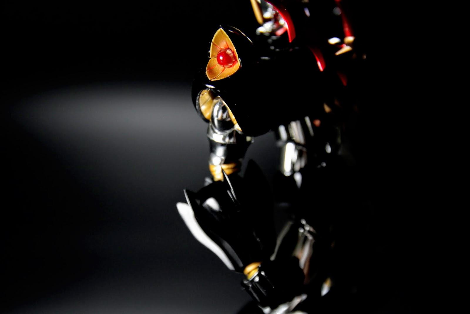 設定上劍是從雙肩裡抽出來的,這種超科技的設定就不要太計較了