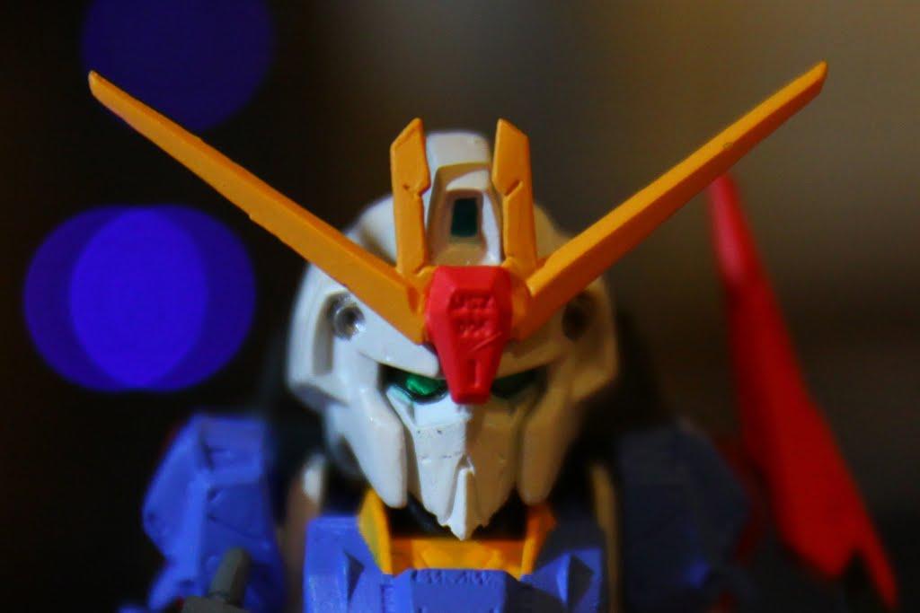 雖然名冠Gundam 但卻沒有傳統的雙眼、排氣面罩及紅下巴 取而代之的是修長帶點纖細的臉型 這也是這系列的魅力所在